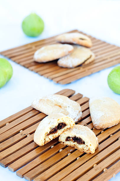 delicious calabrian rustic cookies with flour and sugar and jam - apfel marzipan kuchen stock-fotos und bilder