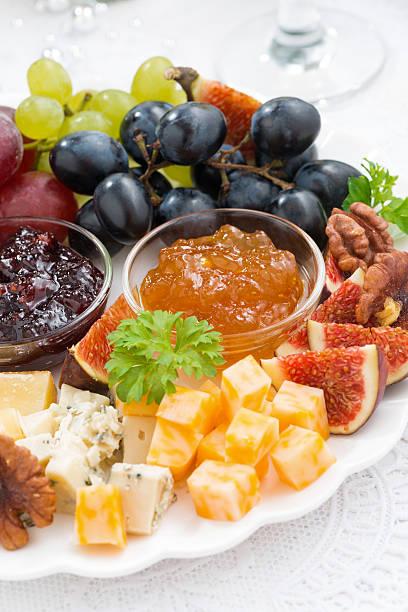 köstliche käse- und obstteller, urlaub, nahaufnahme - aufstrich weihnachten stock-fotos und bilder