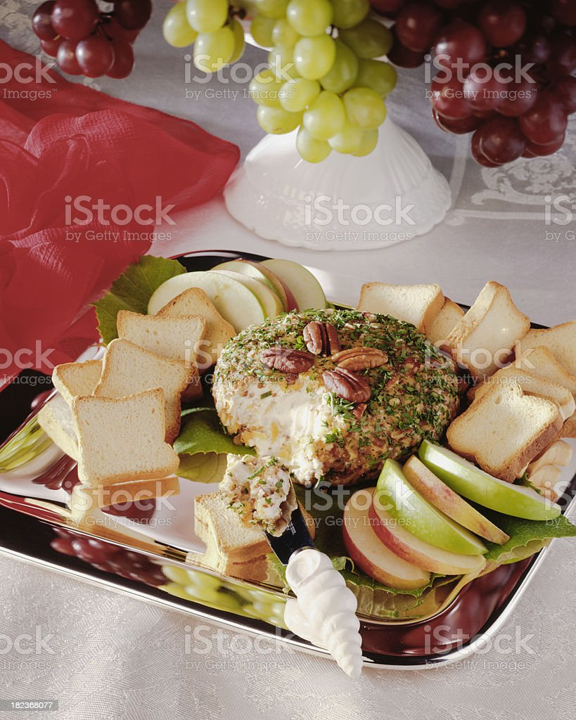 Delicioso aperitivo bola de queijo com pão e uvas - foto de acervo