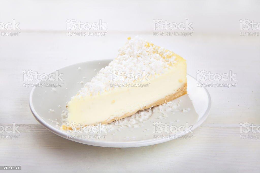 delicioso bolo de queijo com coco na placa - foto de acervo