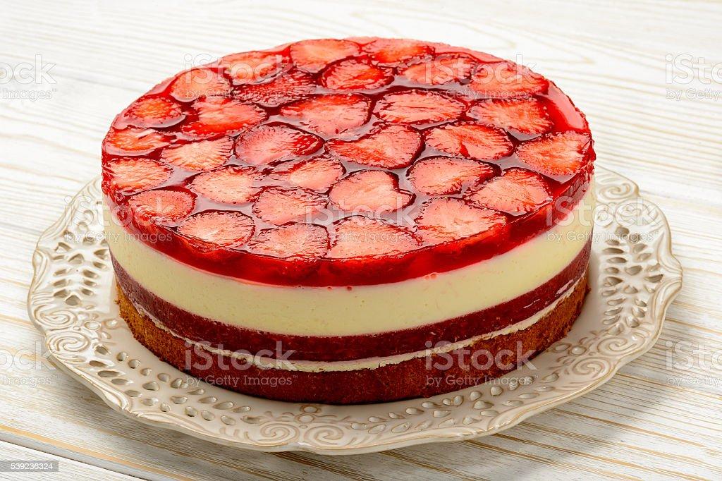 Deliciosa tarta de queso con fresa mousse de gelatina de fresas y fresas. foto de stock libre de derechos