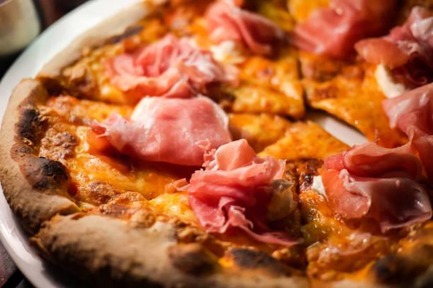 lezzetli, peynir ve taze pişmiş i̇talyan prosciutto di parma pizza veya pizza domates, mozzarella peyniri, prosciutto jambonu ve parmesan peyniri. - parma jambonu stok fotoğraflar ve resimler