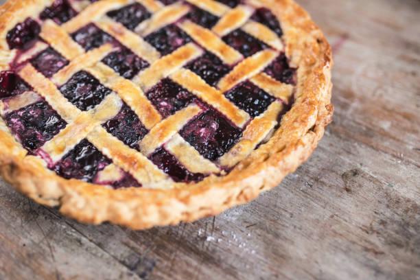 Delicioso pastel de cereza con una corteza escamosa en mesa de madera - foto de stock