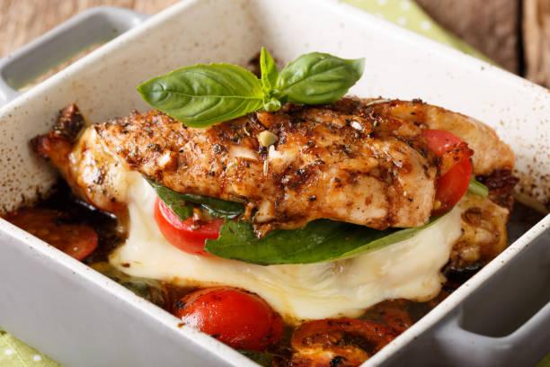 leckere hähnchen-filet gebacken mit caprese nahaufnahme in eine auflaufform legen. horizontale - caprese salat stock-fotos und bilder