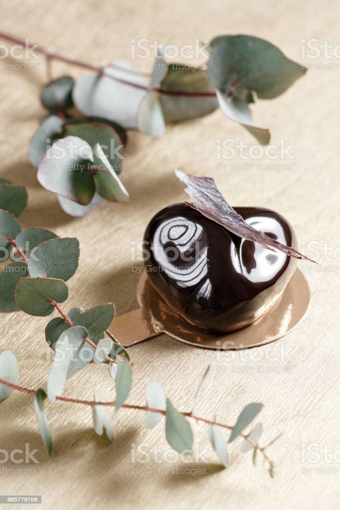 Heerlijke chocolade cake. Glanzend glazuur en chocolade decor. Verschillende vormen. dessert taart voor verkoop in de winkel. - Royalty-free Amerikaanse biscuit Stockfoto