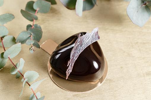 Heerlijke Chocolade Cake Glanzend Glazuur En Chocolade Decor Verschillende Vormen Dessert Taart Voor Verkoop In De Winkel Stockfoto en meer beelden van Amerikaanse biscuit