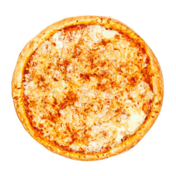 heerlijke klassieke hawaiian pizza met kaas, kip, ananas en oregano - dikke pizza close up stockfoto's en -beelden