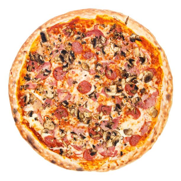 heerlijke klassieke italiaanse pizza carbonara met ham, worsten, tomaten, champignons en kaas - dikke pizza close up stockfoto's en -beelden