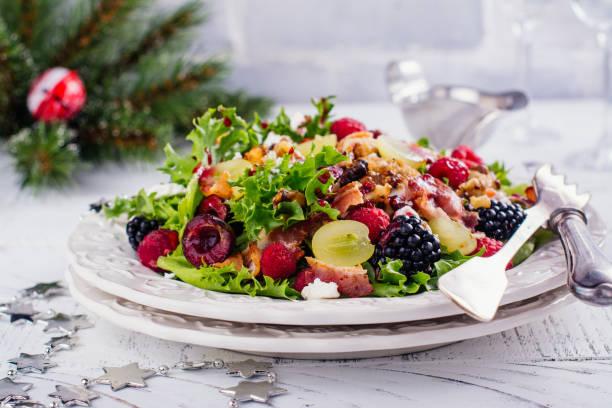 leckeren bunten salat für das weihnachtsessen - sommertorten stock-fotos und bilder