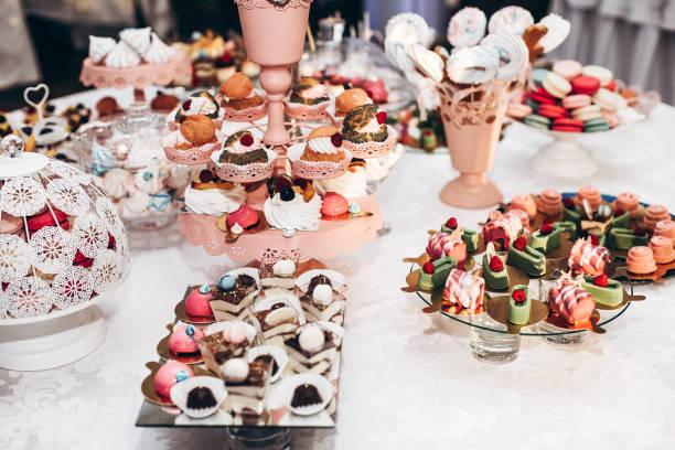 leckere cupcake. schokoriegel auf luxus-hochzeit. exklusives catering teuer. tisch mit modernen desserts, muffins, süßigkeiten mit früchten. platz für text. baby oder brautdusche. - brautparty kuchen stock-fotos und bilder