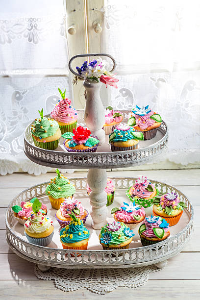 köstliche cupcakes mit eis und süße dekoration - cupcake türme stock-fotos und bilder