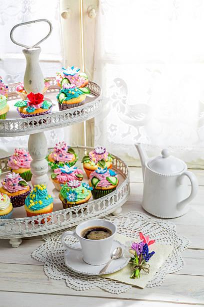 köstliche cupcakes mit süßen dekoration und kaffee - cupcake türme stock-fotos und bilder