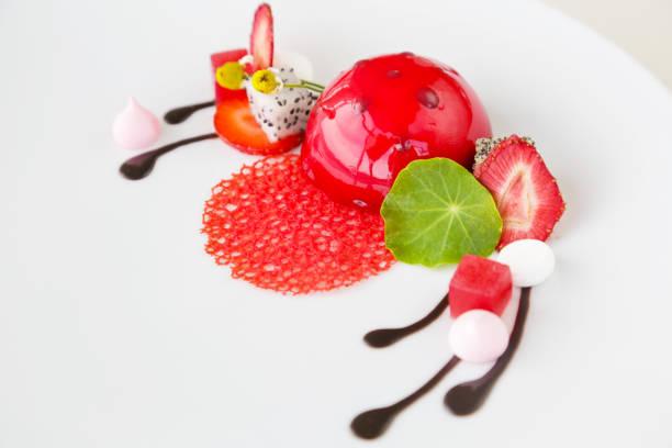 köstliches dessert in der platte - vegane hochzeitstorte stock-fotos und bilder