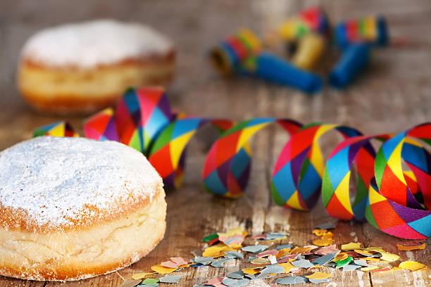 leckere donuts für mardi gras - fasnacht stock-fotos und bilder