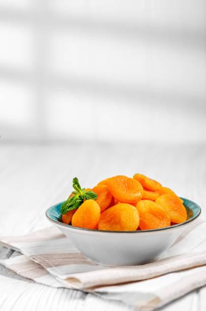 Délicieux abricots secs dans une assiette sur la table. Copiez l'espace. Le concept est une alimentation saine, alimentation, végétarisme. - Photo