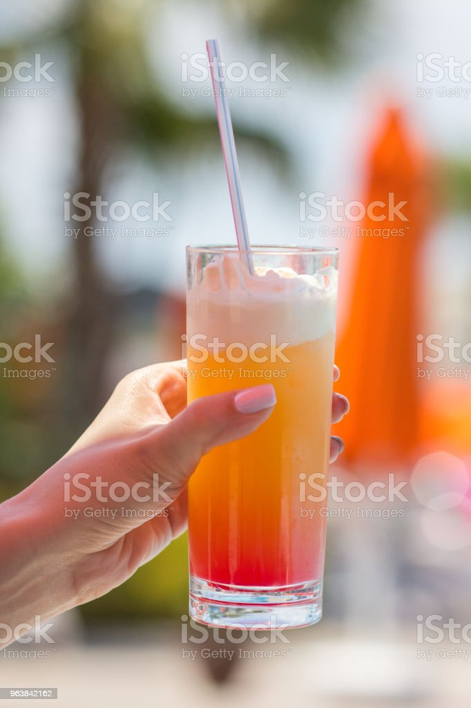 Delicious fresh cocktail in the girl's hand next to the pool, close-up - Royalty-free Alcohol Stock Photo
