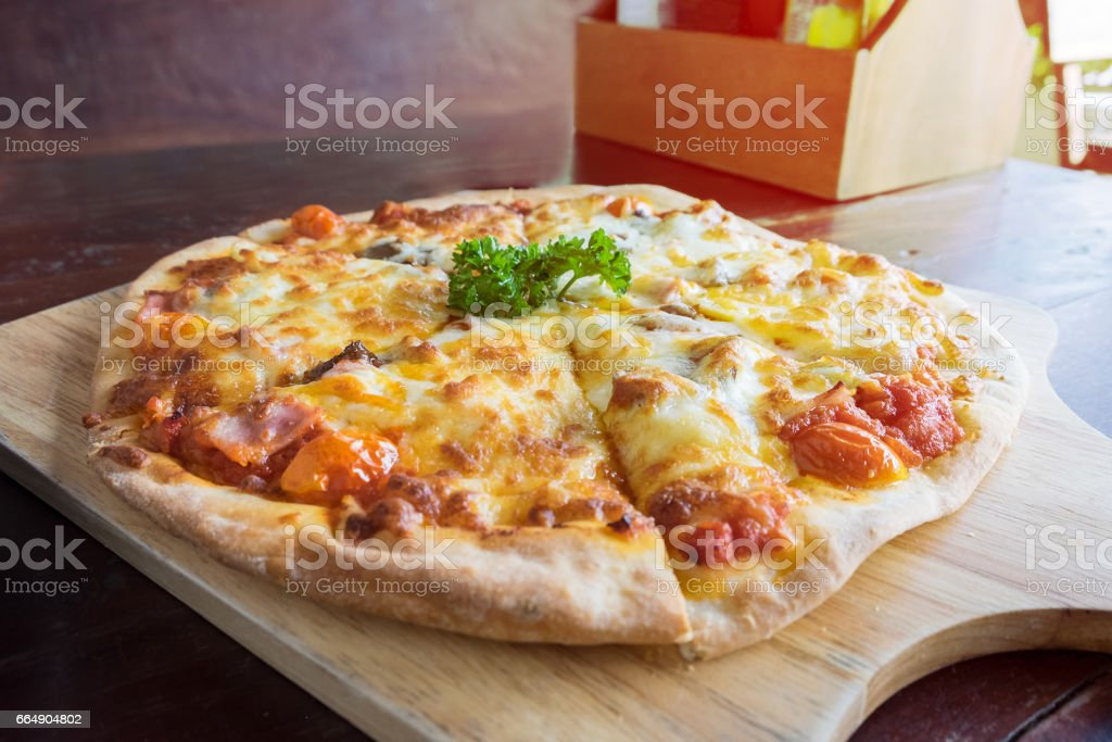 Delicious fresh pizza served on wooden plate. foto stock royalty-free