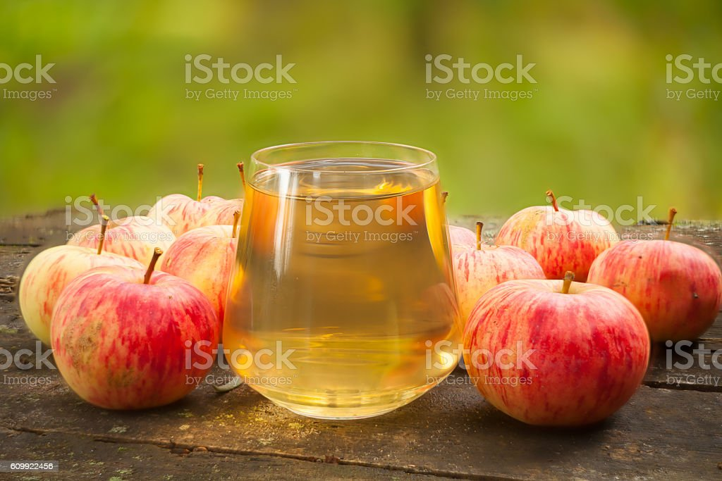 Delicious fresh squeezed apple juice in  transparent glass – Foto