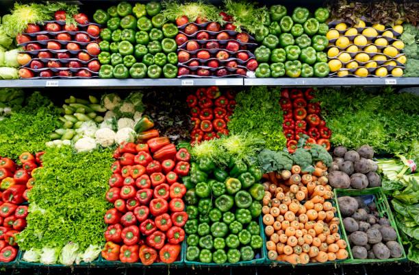 deliciosas verduras y frutas frescas en la sección refrigerada de un supermercado - fruta fotografías e imágenes de stock