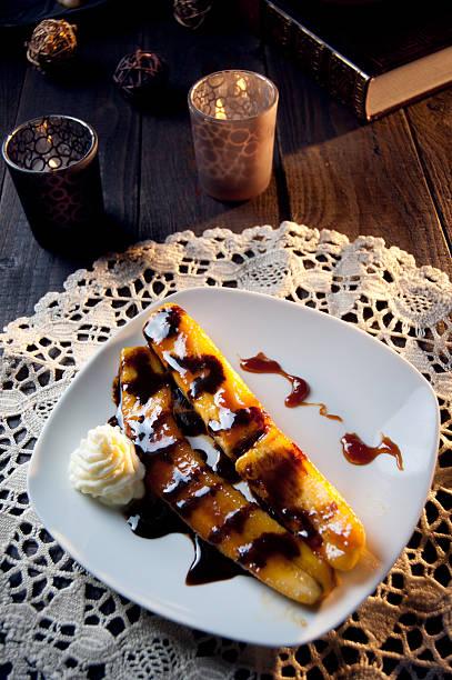 köstliches gebratener banane dessert mit schokolade - bananenlikör stock-fotos und bilder