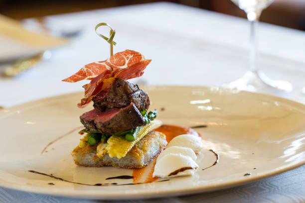 almoço de carne assada deliciosa gourmet - fine dining - fotografias e filmes do acervo