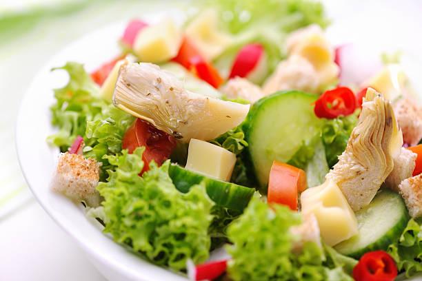 Deliziosa Insalata verde con marinato carciofi - foto stock