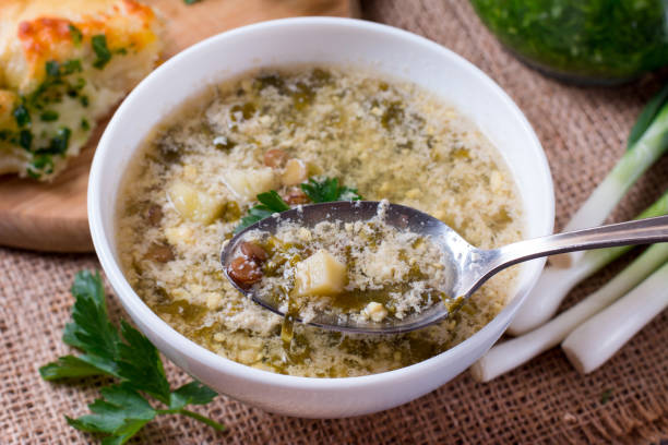 grüne suppe mit sauerampfer auf tisch - borschtsch rezept stock-fotos und bilder