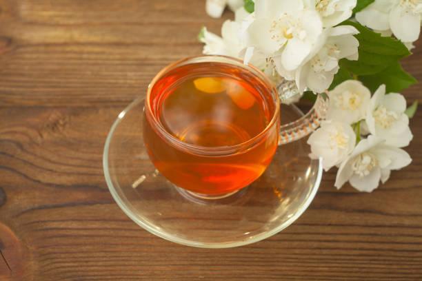 leckerer grüner tee in schöner glasschale auf einem tisch - jasmin party stock-fotos und bilder