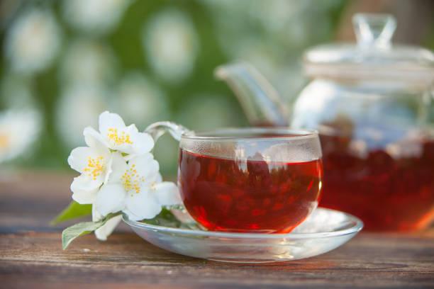 leckerer grüner tee in schöner glasschale auf tisch - jasmin party stock-fotos und bilder