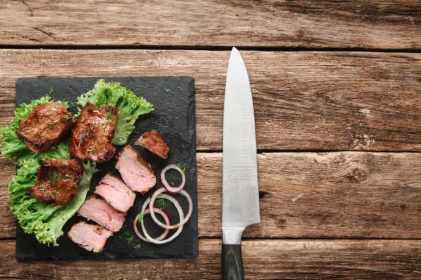 lecker gegrilltes fleisch. kebab serviert auf holz - ring anleitung stock-fotos und bilder