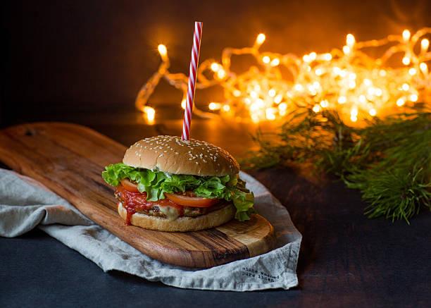 leckere hamburger, weihnachts-konzept - schnelles weihnachtsessen stock-fotos und bilder