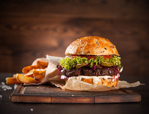 delicious hamburger on wood - hamburgers stockfoto's en -beelden