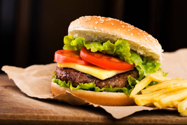 lezzetli hamburger patates kızartması ile - cheeseburger stok fotoğraflar ve resimler