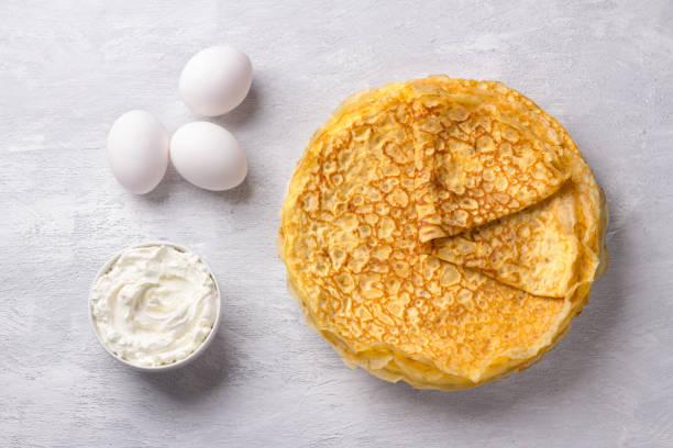 Köstliche hausgemachte Low Carb Diät Keto Pfannkuchen ohne Mehl und Nüsse mit Zutaten zum Kochen auf grau strukturierten Hintergrund – Foto