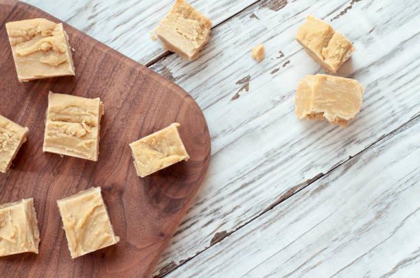 heerlijke zelfgemaakte pindakaas fudge in vierkantjes gesneden - fudge stockfoto's en -beelden
