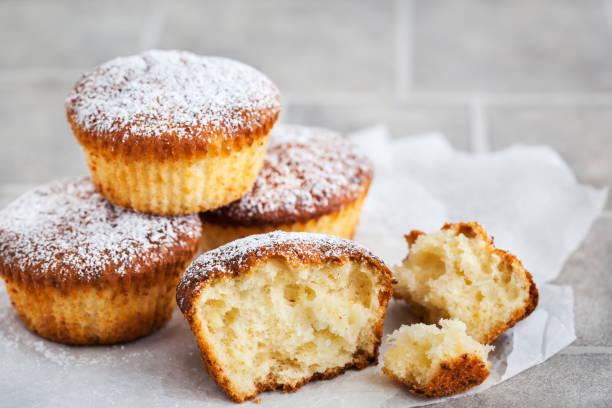 köstliche hausgemachte vanille und hüttenkäse muffins - vanille muffins stock-fotos und bilder