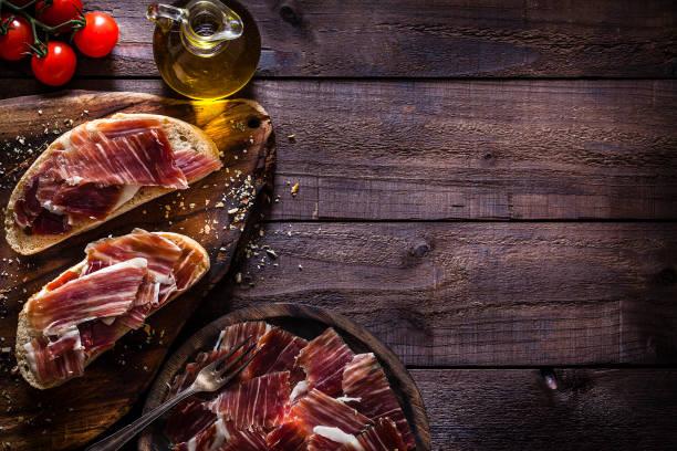 맛 있는 리코 햄 트레이 소박한 나무 테이블에 총 - 이베리아 반도 뉴스 사진 이미지