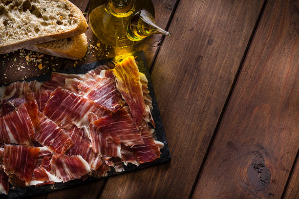 Köstliche Iberico Schinken Tablett am rustikalen Holztisch erschossen – Foto