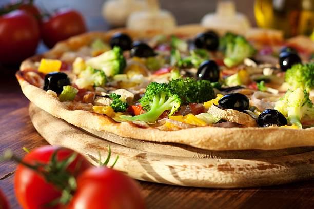 pizza - gebackene champignons stock-fotos und bilder