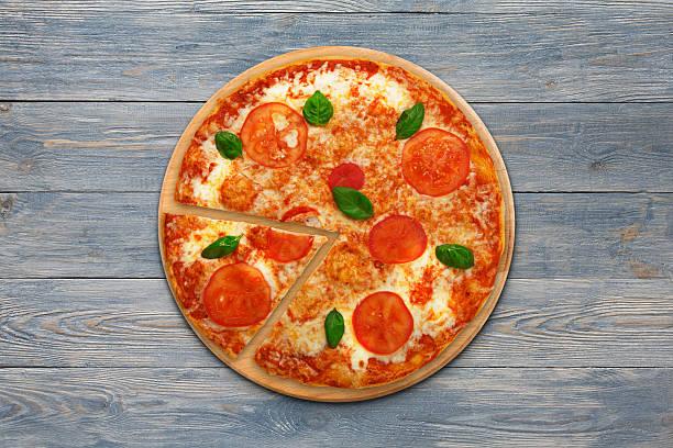 delicious italian vegetarian pizza margherita top view at wood - schmaler tisch stock-fotos und bilder