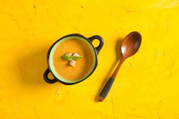 köstliche linsensuppe - linseneintopf mit speck stock-fotos und bilder