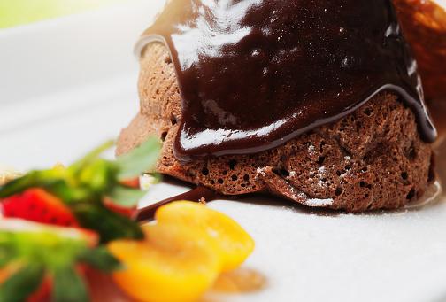 Photo libre de droit de Délicieux À La Recherche De Dessert Fondant Au Chocolat banque d'images et plus d'images libres de droit de {top keyword}