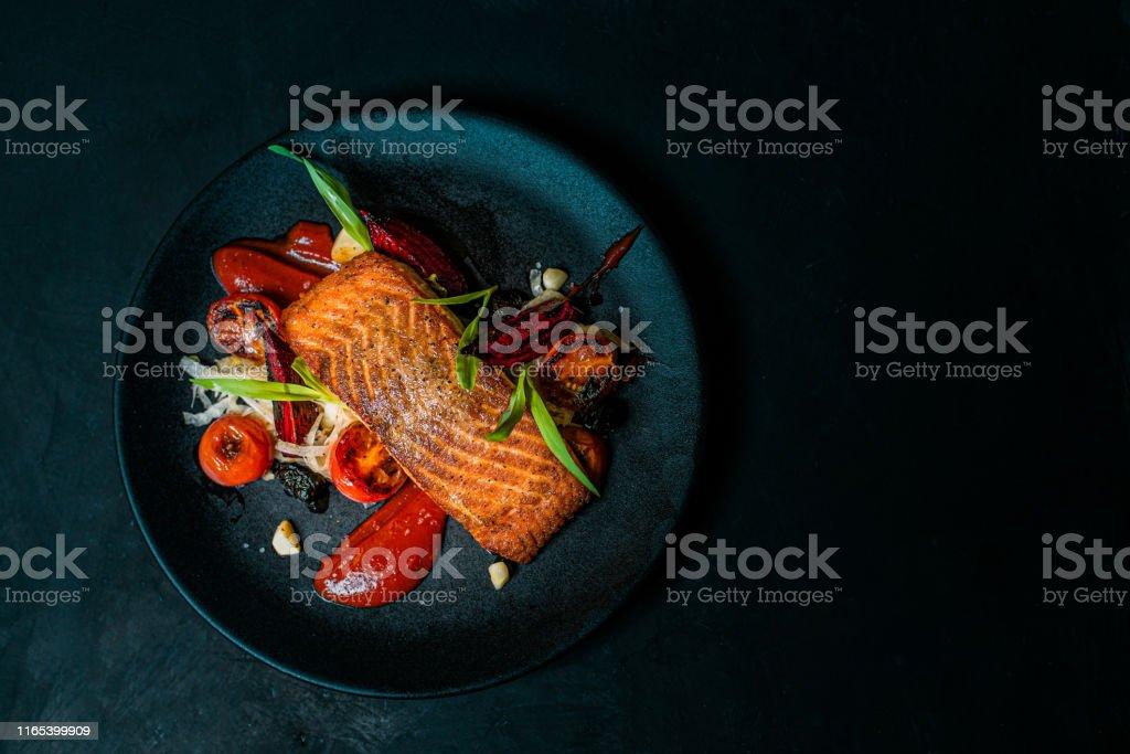 美味的飯菜在黑盤上,頂視圖,複製空間。 - 免版稅三文魚 - 海產圖庫照片