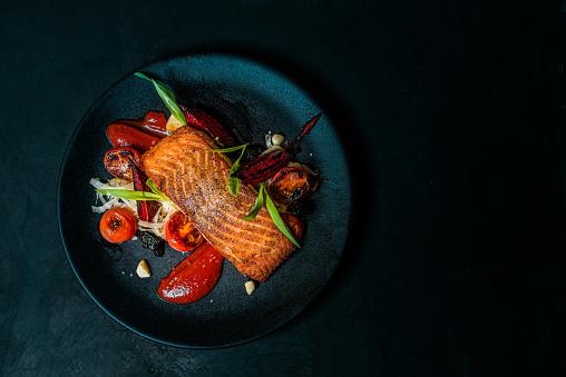 美味的飯菜在黑盤上頂視圖複製空間 照片檔及更多 三文魚 - 海產 照片