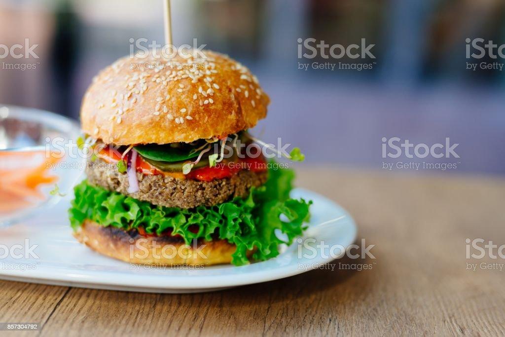 Heerlijke Mexicaanse vegan hamburger met kikkererwten royalty free stockfoto