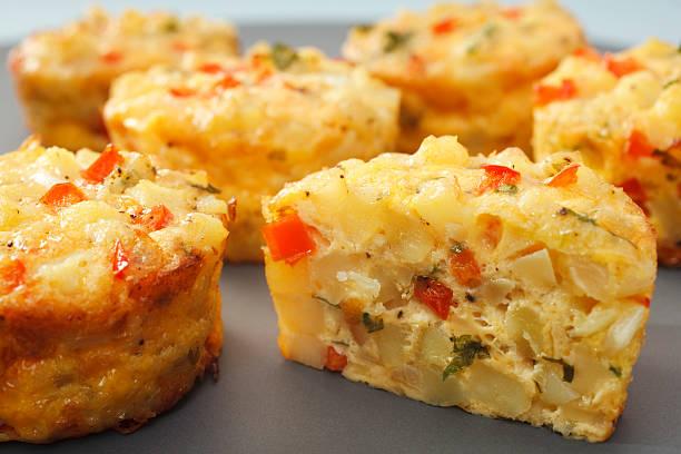 mini-frittata finger food - kartoffel frittata stock-fotos und bilder