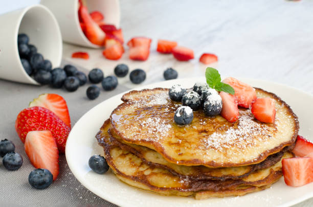 delicious pancakes with strawberries and blueberries - pancake foto e immagini stock