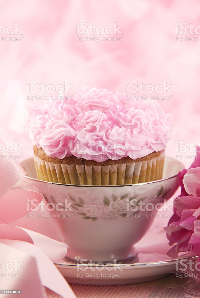 Delicious Pink Cupcake In A Teacup royalty free stockfoto