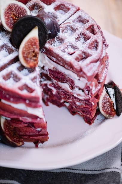 leckeren rosa waffeln kuchen mit frischkäsefüllung mit feigen und schokoladenkekse auf top, rustikalen alten holztisch hintergrund - oreo torte ohne backen stock-fotos und bilder