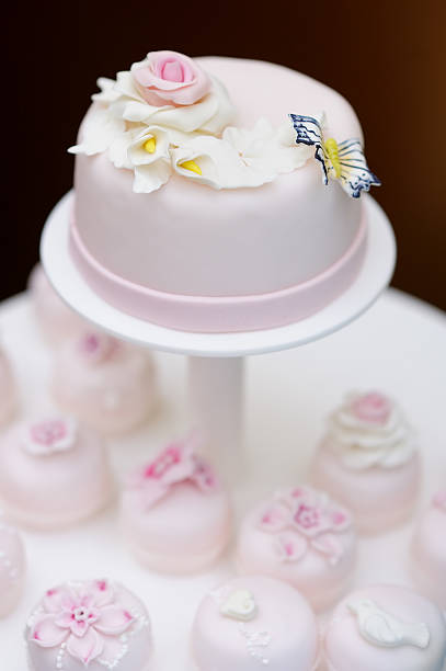 pink hochzeitstorte und köstliche cupcakes - prinzessinnen torte stock-fotos und bilder